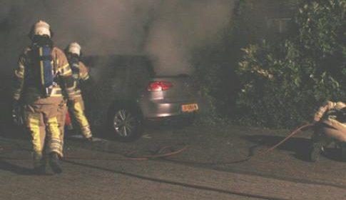 Auto in de brand aan de Zaanseschans