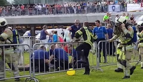 Video: Man onwel tijdens demonstratie op het Family Event