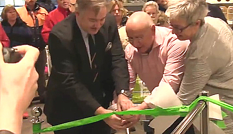 Wethouder Johan Gadella opent nieuwe PLUS van Loon