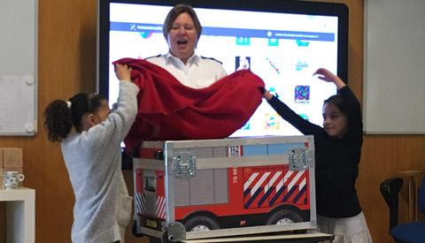 Brandweer op bezoek bij leerlingen van de basisschool Christoffel