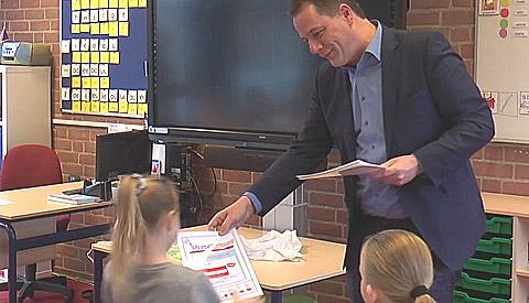 Leerlingen groep 3 de Trompetvogel krijgen 'Poetsdiploma' van wethouder Hans Adriani