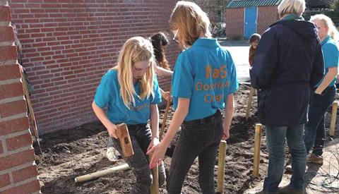 Leerlingen Het Vogelnest ruimen rommel op rondom de school