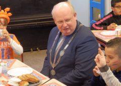 Leerlingen Koningin Beatrixschool ontbijten met de burgemeester