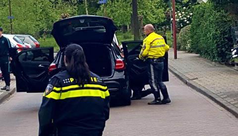 Politie rijdt auto klem na wilde achtervolging door de wijk de Doorslag