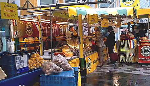 Ondanks slecht weer is de City Markt goed bezocht op de nieuwe lokatie