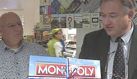 Eerste Nieuwegein Monopoly-spel uitgereikt aan wethouder Johan Gadella