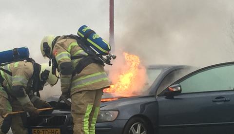 Video: Auto vliegt in de brand door kortsluiting op de A.C. Verhoefweg