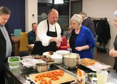 Wethouder Johan Gadella helpt bij benefiet diner