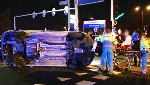 Frontale botsing op de Plettenburgerbaan, bestuurder naar het ziekenhuis