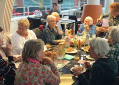 Voorleeslunch voor senioren bij de bibliotheek