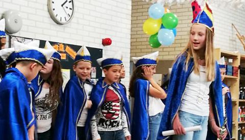 Kinderen Lucasschool Galecop houden Carnavalsoptocht