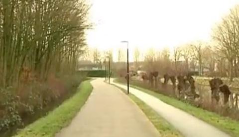 Video: Politie zoekt vrouw die 11-jarig meisje redde van straatrovers