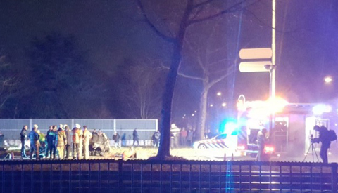 Auto breekt in twee stukken na klap tegen boom