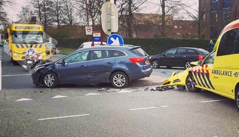 Ambulance en personenwagen met elkaar in botsing