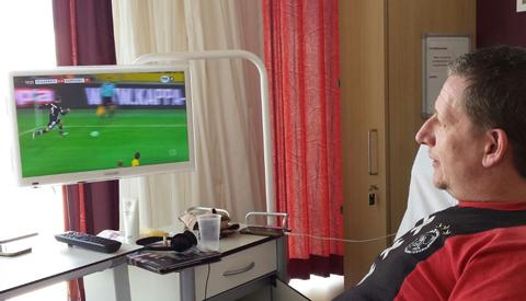 Je favoriete voetbalwedstrijd nu live vanuit je ziekenhuisbed