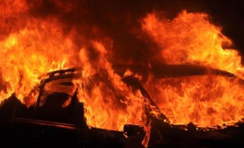 Pyromaan zet auto in de vlammen op de Zwaardenburg
