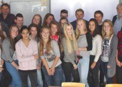 Onderwijswethouder Snoeren in gesprek met Oosterlicht-jongeren