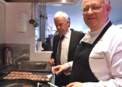 Burgemeester Backhuijs eet mee tijdens Feest Maal 50 van Stichting Eet Mee