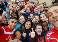 Spelers van FC Utrecht komen auto's wassen in Nieuwegein