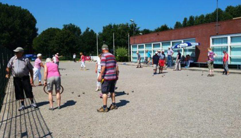 Leden Senioren Zomerschool spelen potje pétanque
