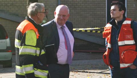 Burgemeester bezoekt afgebrand gebouw aan de Erfstede