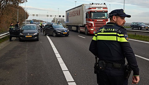 Boef aan de kant gezet op de snelweg bij Nieuwegein