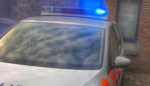 Auto belandt door nog onbekende reden in de sloot