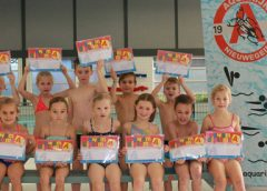 Leden van zwemvereniging Aquarijn zwemmen af