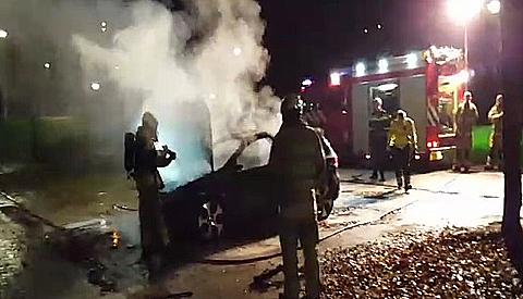 Video: Vandalen steken auto in brand op de Helmkruid