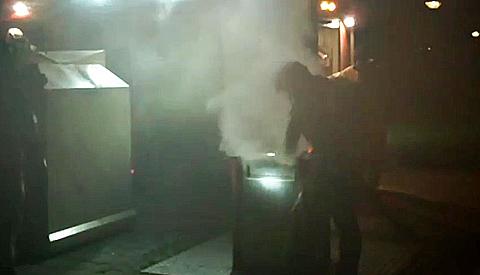 Vandalen steken ondergrondse papiercontainer in brand aan de Halsterweide