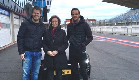 81-jarige oma Truus mag racen op circuit Zandvoort dankzij De Beste Wensen van 538