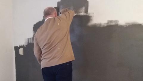 Burgemeester Frans Backhuijs klust mee in huiskamerwoning Nypelsplantsoen