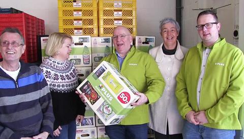 Voedselbank ontvangt 67 boodschappenpakketten van PLUS van LOON