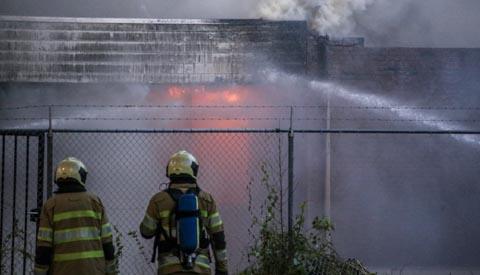 Grote brand legt bedrijfspand aan de Edisonbaan in de as