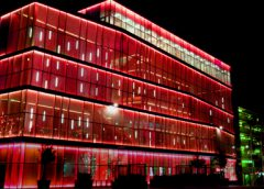 Stadstheater en kunstencentrum De Kom licht vrijdag rood op