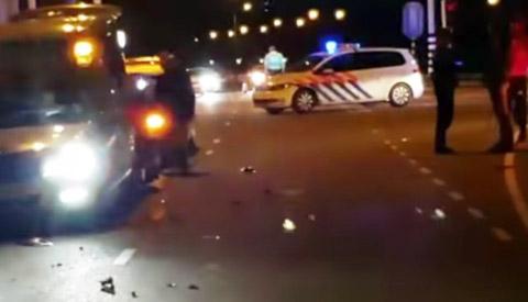 Meisje op scooter botst met twee auto's op de A.C. Verhoefweg