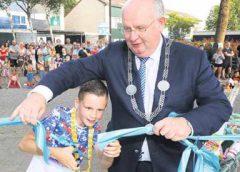 Tienjarige Tijs en burgemeester openen Rijtuigentuintje