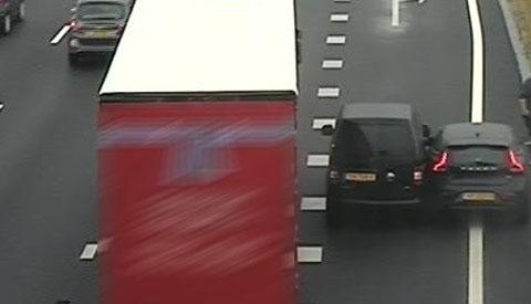 Twee personenauto's tegen elkaar op de A27 bij Nieuwegein