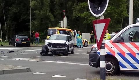 Video: Twee gewonden en ravage door botsing op de A.C. Verhoefweg