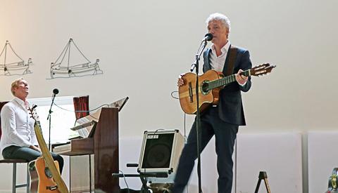 Ontroerend optreden van Nieuwegeinse zanger SPINVIS in Dorpshuis Vreeswijk