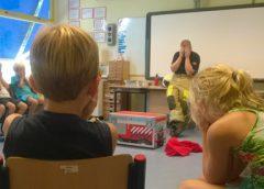 Brandweer maakt kinderen brandwijzer op school