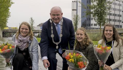 Burgemeester Frans Backhuijs onthult naamtegels winnaars Jongerenlintje