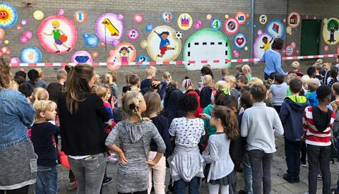 Muurschildering 'Plezierig Samen in de Wijk' in Fokkesteeg