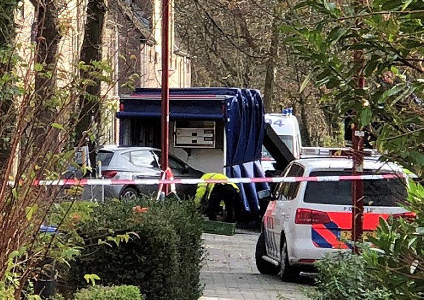 Een speciaal voertuig van de politie neemt de auto mee naar laboratorium voor onderzoek