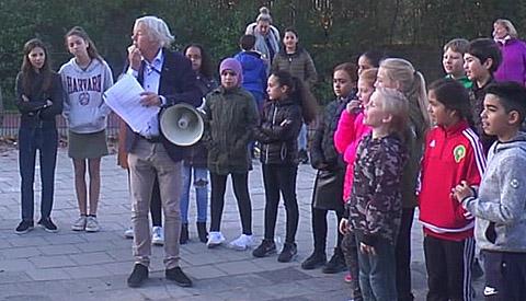 Wethouder Jan Kuiper als quizmaster bij 'Lets do it Kids' bij de Veldrakker