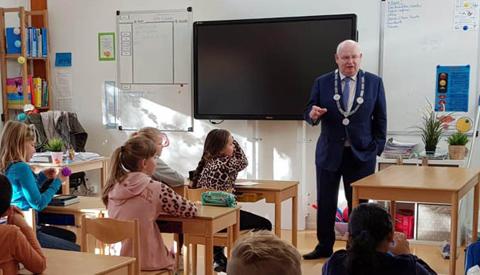 Basisschool de Toonladder en burgemeester Backhuijs en wethouder Kuiper geven goede voorbeeld tijdens het Nationaal Schoolontbijt