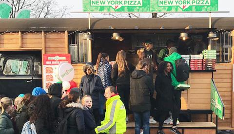 Veel mensen in de rij voor gratis pizza op Hoogzandveld