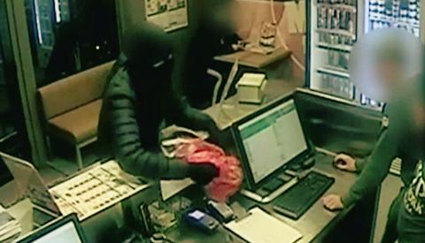 Video: Politie zoekt jonge overvaller van de New York Pizza op Muntplein