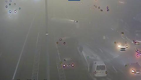 Vrachtwagen kantelt bij Nieuwegein in dichte mist