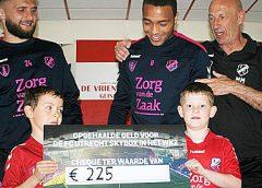 Spelers FC Utrecht wassen auto's en halen lege flessen op voor WKZ, resultaat: 225 euro!